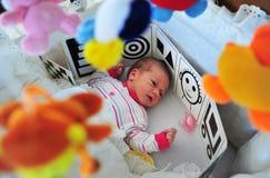 轻便小床的新出生的婴孩 图库摄影