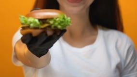 便当餐馆客户陈列汉堡到照相机,鲜美不健康的食物里 股票录像