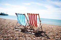 轻便折叠躺椅沿海岸区 免版税库存照片