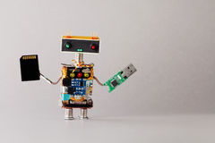 便携式的存贮设备usb存储卡概念 有技术辅助部件的抽象机器人玩具 灰色背景 免版税库存照片
