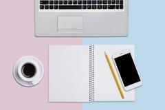 便携式计算机、笔记薄与空白页和铅笔,现代巧妙的电话有黑屏的和咖啡平面上 工作 库存照片