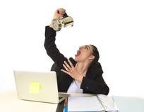 便携式计算机书桌饮用的咖啡的女商人激动和急切在咖啡因瘾 图库摄影