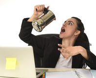 便携式计算机书桌饮用的咖啡的女商人激动和急切在咖啡因瘾 免版税库存照片
