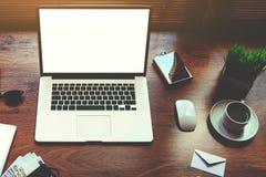 便携式计算机和数字式片剂有白色空白的拷贝的间隔屏幕和辅助部件说谎 免版税库存图片