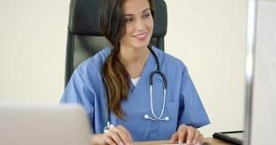 便携式计算机的美丽的女性医生 股票视频