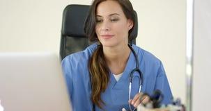便携式计算机的美丽的女性医生 股票录像