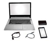 便携式计算机聪明的电话卡片阅读机和数据缆绳在白色调和隔绝 免版税库存照片