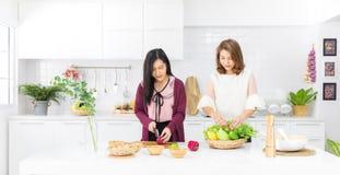 便服的美丽的亚裔女孩是命令伪造品果子入wo 图库摄影