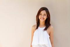 便服的,温暖的音色愉快的微笑的妇女 免版税库存照片