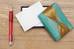 便条纸和笔在木背景 免版税图库摄影