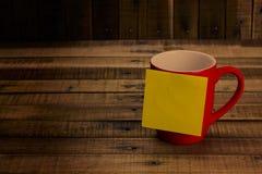 便条纸和红色杯子在木桌,概念过滤器乌贼属上 免版税图库摄影