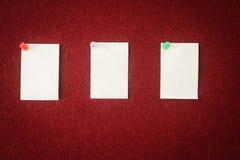 便条纸的汇集在一个红色委员会别住的准备好填装在行情 库存图片