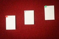 便条纸的汇集在一个红色委员会别住的准备好填装在行情 免版税库存图片