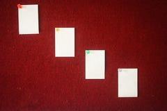 便条纸的汇集在一个红色委员会别住的准备好fillin 免版税库存图片