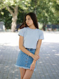 便衣的一个逗人喜爱的女孩在自然被弄脏的背景 都市,时尚和青年概念 复制空间 库存照片