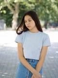 便衣的一个逗人喜爱的女孩在自然被弄脏的背景 都市,时尚和青年概念 复制空间 库存图片