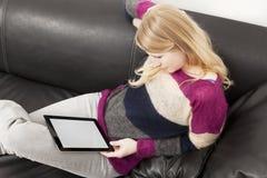 便衣的妇女有片剂个人计算机的 免版税库存图片