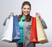 便装样式妇女举行购物袋 演播室女性被隔绝的po 免版税图库摄影