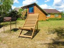 轻便马车休息室和烤肉在晴朗的草坪 库存图片