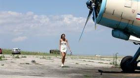 仓促的美丽的妇女在飞机上 影视素材