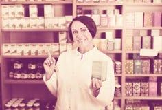 促进在纸盒的白色外套的妇女食品添加剂物品在d 库存图片