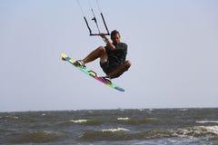 促进大空气的男性kitesurfer 免版税库存图片