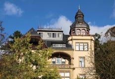促销样式房子的期间在住宅区 免版税图库摄影