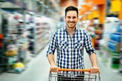 仓促购物的英俊的人 免版税库存图片