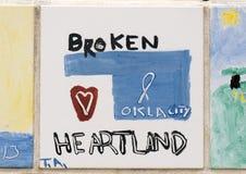 俄克拉何马市全国纪念品的孩子、前面&博物馆做的瓦片特写镜头墙壁  免版税库存图片