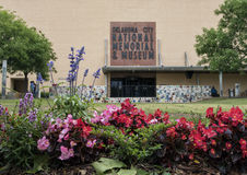 俄克拉何马市全国纪念品&博物馆的前面,有花的在前景 库存照片