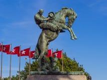 俄克拉何马纪念碑和旗子状态国会大厦的俄克拉何马市的 免版税图库摄影