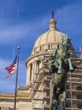 俄克拉何马纪念碑和旗子状态国会大厦的俄克拉何马市的 库存图片