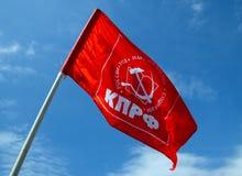 俄共的旗子反对蓝天的 图库摄影