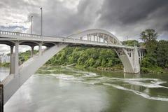 俄勒冈在威拉米特河的市桥梁 库存图片
