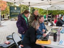 俄勒冈州立大学大师花匠在农夫市场上 免版税库存照片