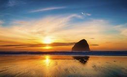 俄勒冈海岸和平的城市日落 免版税库存图片