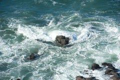 俄勒冈海岸线的凶猛海 免版税库存照片