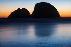 俄勒冈的岩石海岸日落的 免版税库存图片