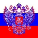 俄国二重带头的老鹰徽章在旗子的背景的 免版税库存图片