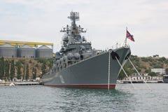 俄国人导弹巡洋舰`在塞瓦斯托波尔海湾的莫斯科` 免版税库存照片