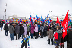 俄国人民在2014年3月16日的彼得罗扎沃茨克支持克里米亚 免版税库存照片
