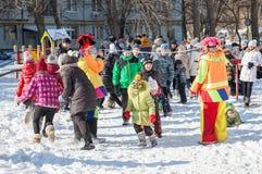 俄国人民庆祝Shrovetide 免版税图库摄影