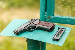 俄国人9mm手枪在桌上的PM马卡罗夫与手枪皮套、传送带和空的手枪持有人 库存照片