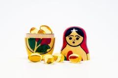 俄国人Babushka嵌套玩偶和Ω 3个胶囊 免版税库存图片