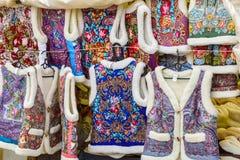 俄国传统衣裳销售  纪念品 俄罗斯,苏兹达尔, 2017年9月 免版税库存照片