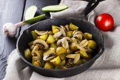 俄国传统食物-煎锅用油煎的土豆和 库存图片