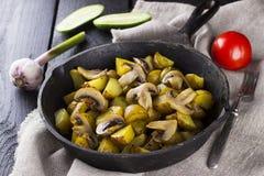 俄国传统食物-煎锅用油煎的土豆 库存照片