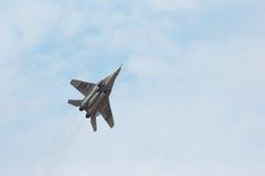 俄国作战喷气式歼击机MIG-29做回旋 免版税库存照片