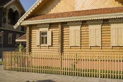 俄国全国小屋,门面的片段 免版税库存图片