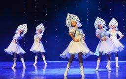 俄国全国服装这奥地利的世界舞蹈 免版税库存图片